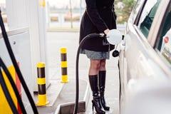妇女有柴油的换装燃料汽车 库存图片