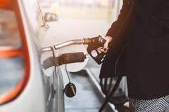 妇女有柴油的换装燃料汽车 免版税库存照片