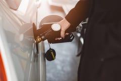 妇女有柴油的换装燃料汽车 免版税库存图片