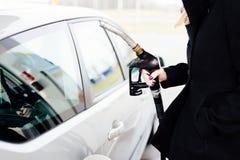 妇女有柴油的换装燃料汽车 库存照片