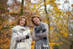 妇女朋友纵向在秋天 图库摄影