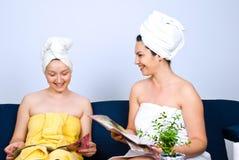 妇女朋友获得乐趣在每日温泉 免版税库存照片