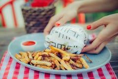 妇女服务汉堡用在板材的炸薯条 库存照片