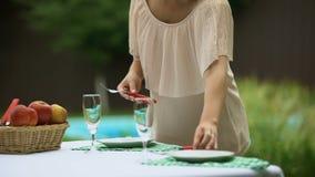 妇女服务的碗筷,有等待的朋友晚餐会在家 股票录像