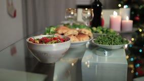 妇女服务碗在圣诞节桌上的沙拉 股票录像