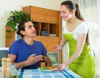 妇女服务食物她的丈夫 库存图片