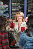妇女服务饮料 免版税库存照片