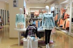 妇女服装店在tesco市场上 免版税库存照片