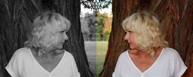 妇女朝她的黑白反射,好和坏起点的概念的方向在人的看 库存照片