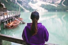 妇女本质上 原野自然的湖 的Braies湖意大利白云岩 构成横向本质日出 背景 木的小屋 库存图片