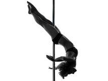 妇女杆舞蹈演员克服膝盖姿势剪影 图库摄影