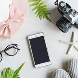 妇女材料、构成、手机和辅助部件 免版税库存照片