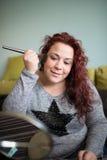 妇女构成在家 免版税图库摄影