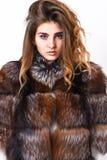 妇女构成安静面孔头发容量发型 冬天您应该跟随的护发技巧 护发概念 女孩毛皮大衣 库存图片