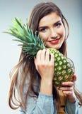 妇女果子饮食概念画象用绿色菠萝 免版税库存图片