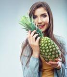妇女果子饮食概念画象用绿色菠萝 免版税库存照片