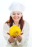 妇女查看一个黄色瓜 免版税库存图片