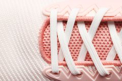 妇女桃红色鞋带鞋子 免版税库存图片