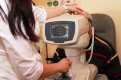 妇女检查眼睛视觉的质量的医生眼科医生 概念近视,远视的诊断和治疗 免版税图库摄影