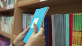 妇女检查笔记本,特写镜头板料在办公用品部门的 股票视频