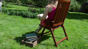 妇女椅子读了书 影视素材