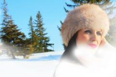妇女模型在冬天环境里 免版税库存照片