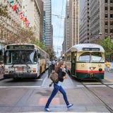 妇女横跨SF交叉点赶紧 免版税库存图片