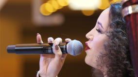 妇女歌手执行巨大命中在音乐会阶段 股票视频