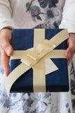 妇女正面图递给礼物盒 免版税图库摄影