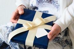 妇女正面图递给礼物盒 免版税库存照片