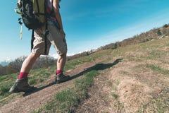 妇女步行在山的,身体局部关闭,一个人走在阿尔卑斯的,挑运的夏天冒险旅行,背面图, 库存照片
