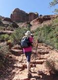 妇女步行往Sedona ` s著名大教堂岩石 库存图片