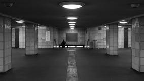妇女步行沿着向下台阶在地铁 库存图片
