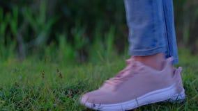 妇女步行的阶段在绿色草甸的,旅游步行本质上 影视素材