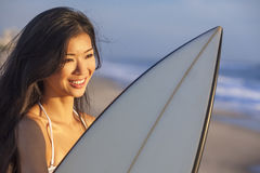 妇女比基尼泳装冲浪者&冲浪板日落日出海滩 免版税库存照片