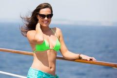妇女比基尼泳装巡航 库存图片