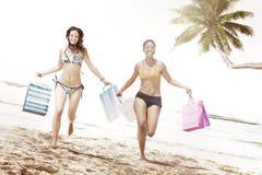 妇女比基尼泳装购物袋海滩夏天概念 免版税库存图片