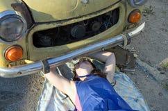 妇女汽车修理师 免版税库存图片