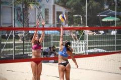 妇女沙滩排球球员 攻击和防御 图库摄影