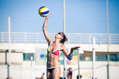 妇女沙滩排球球员 免版税库存图片