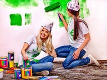 妇女油漆墙壁在家 免版税图库摄影