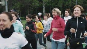 妇女波浪和打手势与人人群的连续马拉松  股票视频