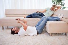 妇女注意的电视 免版税库存图片