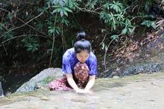 妇女洗在瀑布后的面孔 库存照片