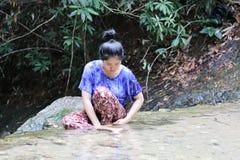 妇女洗在瀑布后的面孔 库存图片