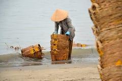 妇女洗涤的篮子在越南 图库摄影