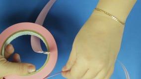 妇女测量做的礼物弓一条桃红色丝带 背景看板卡祝贺邀请 影视素材