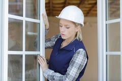妇女测量的窗架 免版税图库摄影