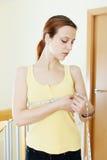 妇女测量的胸象 图库摄影