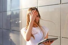 妇女浏览片剂在商业中心 免版税库存照片